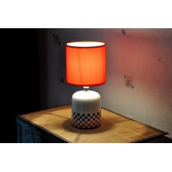 lampe blanche carreaux noir et rouge